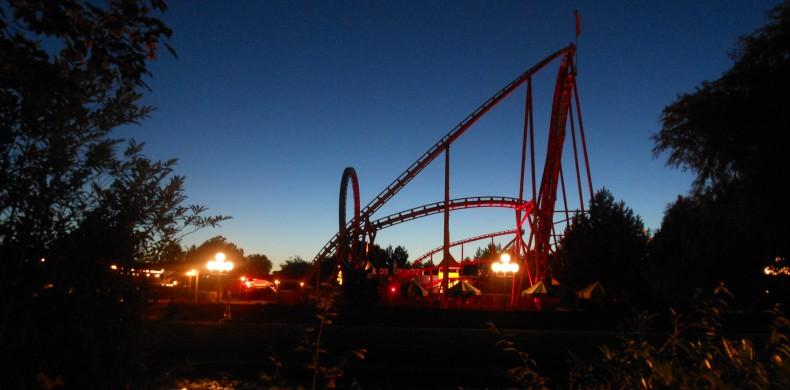 Thunder_Loop_Attractiepark_Slagharen_('s_nachts_-_rechts)